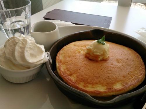 発酵バターの窯出しフレンチパンケーキ ~純生クリーム添え~